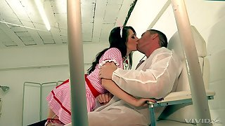 Mesmerizing watch over Samantha Bentley enlivens a male patient