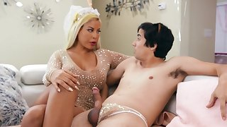 Cougar mom is keen to dedicate this young dong up her greedy holes